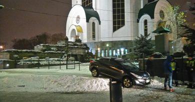 Вчера на пл. Победы. Калининград. Похоже сел на брюхо.