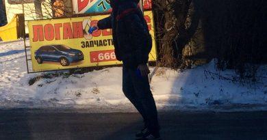 Калининградцы посыпают дороги солью самостоятельно. Ул. Гагарина.