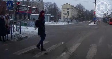 На перекрестке Красной и Борзова девушка чуть не попала под колеса, переходя на красный