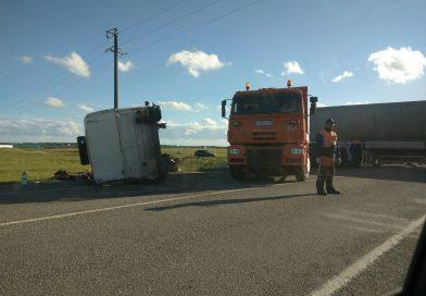 Вчера в Гурьевском р-не трактор перевернулся таким вот необычным способом (фото 1). А под Гусевом у фуры каким-то образом отлетела «голова».