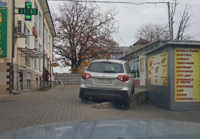 Автомобиль сел на брюхо в Калининграде