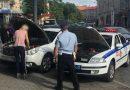 Инспектор ГИБДД «прикуривает» автомобиль участницы дорожного движения в Калининграде.