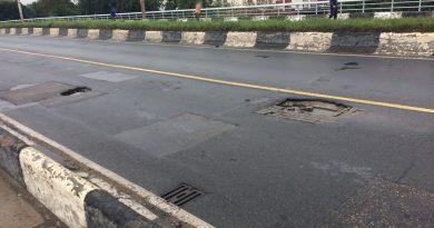 На пр. Победы в Калининграде на проезжей части образовалась большая яма.