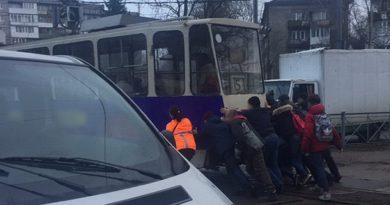 Пассажиры толкают трамвай в Калининграде.