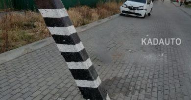 Помните, мы писали про эти столбы, расположенные прямо по центру проезжей части в Васильково?